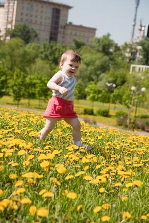 어린 소녀 민들레와 초원에서 실행 스톡 콘텐츠