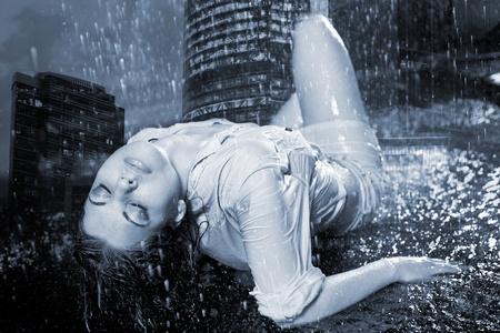 good night: ni�a bajo una lluvia sobre un fondo de fuegos de la ciudad de noche