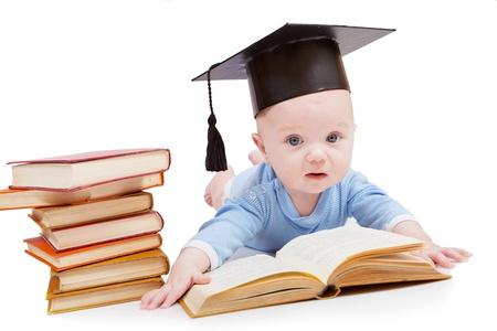 prodigy: bambino in un cappello di laurea e il libro. Concetto di prima educazione