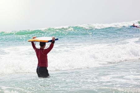 男运动员开车去冲浪