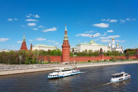 Genre au Kremlin de Moscou, le Grand Palais du Kremlin, des cathédrales et le quai de la rivière Moskva