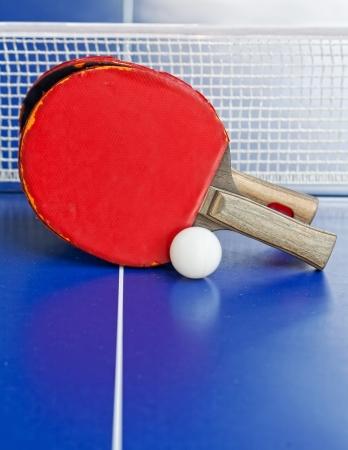 ping pong: wo de tenis de mesa o raquetas y pelotas sobre una mesa azul con DOF neto, poco profunda, se centran en raquetas