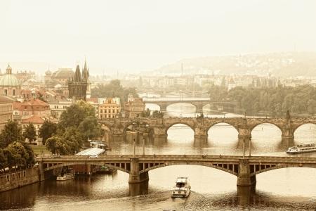 Prague, vue sur la rivière Vltava et ponts dans une brume matinale Banque d'images