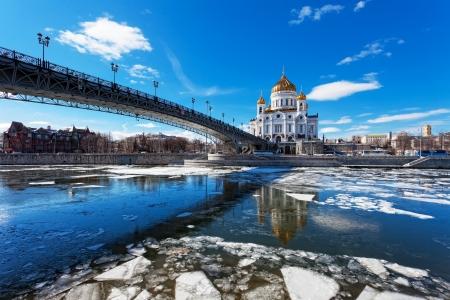 Catedral de Cristo el Salvador y el Puente Patriarshy en Mosc�, en la primavera photo