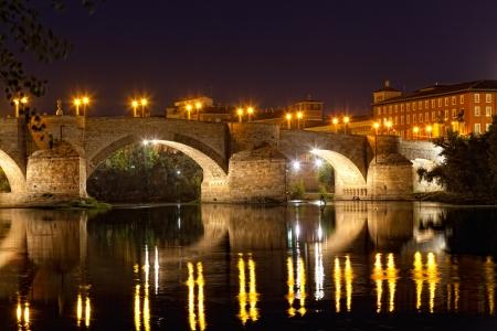 ebro: vecchio ponte di pietra attraverso il fiume Ebro a Saragozza, Spagna