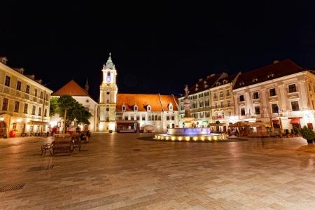 central square: BRATISLAVA, Slovacchia - 23 luglio: piazza centrale di notte a Bratislava, in Slovacchia, 23 luglio 2013. Bratislava � la pi� popolosa (462.000) e la citt� pi� visitata in Slovacchia. Editoriali