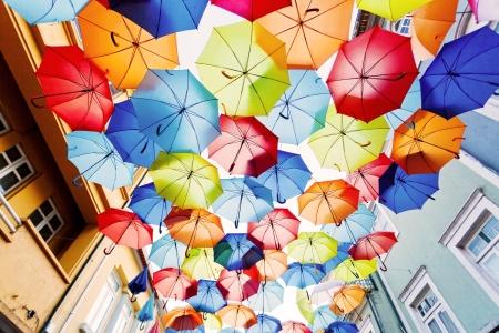 vida natural: Calle adornada con color umbrellas.Agueda, Portugal