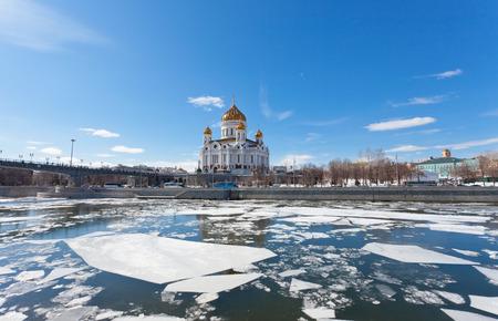 Catedral de Cristo Salvador en Mosc� en la primavera photo