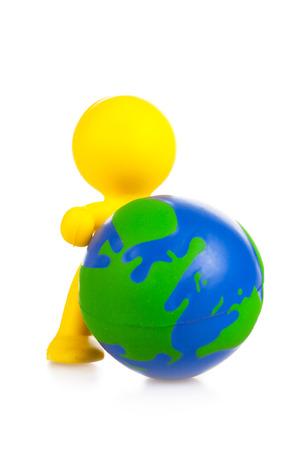 the little man: giocattolo piccolo uomo tira avanti globo. Si � isolato, bianco Archivio Fotografico