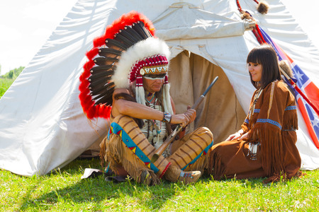 swarty: family of North American Indians sits at a wigwam Stock Photo