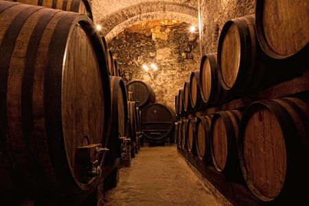 Tonneaux en bois avec du vin dans un caveau à vin, Italie Banque d'images