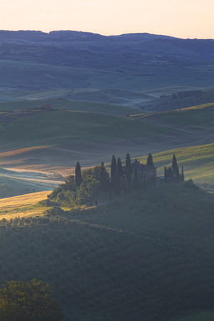 san quirico dorcia: Foggy sunrise over the rural house with vineyards in San Quirico dOrcia, Tuscany, Italy