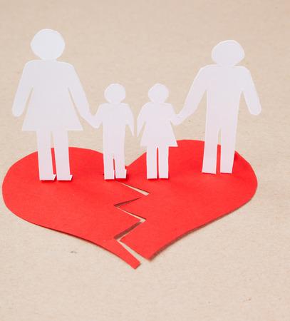 effet de divorce sur le concept des enfants avec les mains coupe papier personnes famille