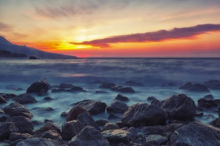 water splash: Hermoso paisaje del mar con el hermoso cielo al amanecer