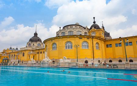 szechenyi: BUDAPEST, HUNGR�A - 25 JUNE 2014: ba�os termales Szechenyi en Budapest. El ba�o de Szechenyi es el ba�o medicinal m�s grande de Europa