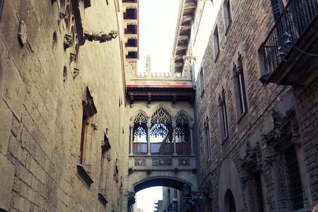 gotico: Arco antiguo en el Barrio G�tico de Barcelona