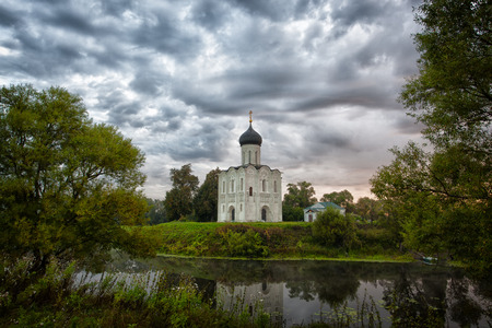 nerl river: Church of the Intercession of the Holy Virgin on the Nerl River, Bogolubovo, Russia Stock Photo