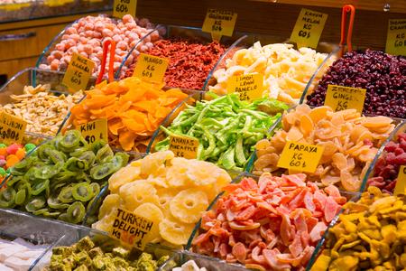 frutos secos: Contador con diversos frutos secos sobre el Gran Bazar de Estambul, Turquía Foto de archivo