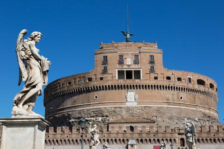 Angelo statua su un ponte di fronte a Castel Sant Angelo a Roma, Italia