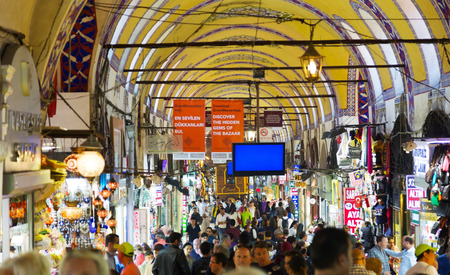 kapalicarsi: TURKEY, ISTANBUL - MAY 12,2015: Buyers of tourists on the Grandee Bazare in Istanbul. Grand-Bazar - one of the largest covered markets in the world Editorial