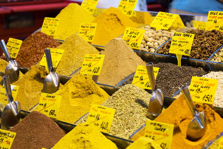 bazar: Various spices on a counter on the Grand Bazaar in Istanbul, Turkey