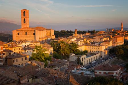 Italië. Perugia - een uitzicht op de oude stad en de Basilica di San Domenico, Umbrië