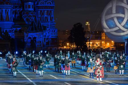 """gaita: Rusia, Moscú - 26 de agosto, 2016: Un festival de orquestas militares """"Spasskaya Torre"""" en la Plaza Roja. Presentación de la gaita celta orquesta consolidada"""