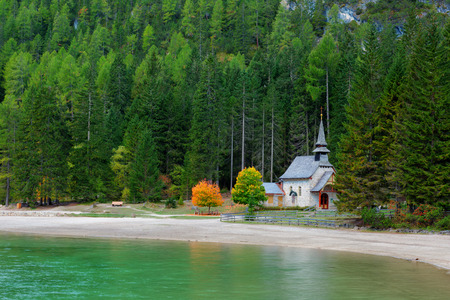 sudtirol: Shapel Marienkapelle at the Braies Lake (Pragser Wildsee) in Dolomites mountains, Sudtirol, Italy Stock Photo