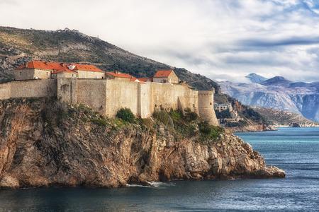 冬晴れた日のクロアチア・ドゥブロヴニクの旧市街と要塞の壁の眺め