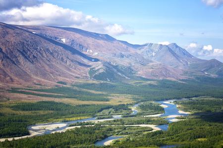 Blick auf den Rai-Iz-Berg und den Sob-Fluss im Polar-Ural an einem sonnigen Sommertag, Jamal, Russland