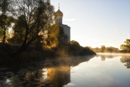 Church of Intercession upon Nerl River. (Bogolubovo, Vladimir region, Golden Ring of Russia) in autumn fog morning Stok Fotoğraf - 120273252