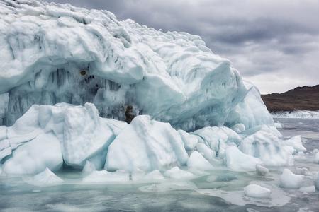 Rocas cubiertas de hielo en el lago Baikal en invierno