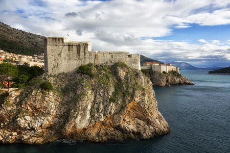 View of the fortress of St. Lawrence and the fortress wall around the Old City in Dubrovnik on a sunny day 版權商用圖片