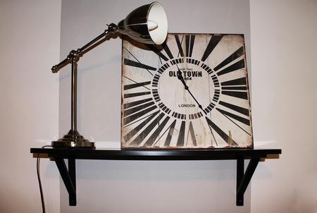 orologi antichi: orologi antichi, in combinazione con moderne lampada da tavolo Archivio Fotografico