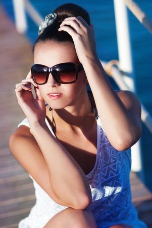 Das schöne Mädchen mit Sonnenbrille Lizenzfreie Bilder