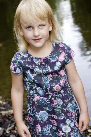Portrait des jungen Mädchens durch den Fluss Lizenzfreie Bilder