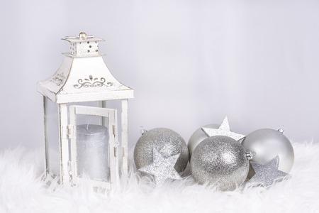 Weihnachtsdekoration mit Lampe und Kugeln in siver Farbe und mit Platz für Wünsche Lizenzfreie Bilder