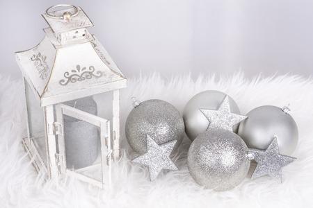 Weihnachtsdekoration mit Lampe und Kugeln in siver Farbe