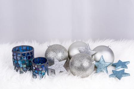 Weihnachtsdekoration mit Lampe und Kugeln in siver und blaue Farbe und mit Platz für Wünsche