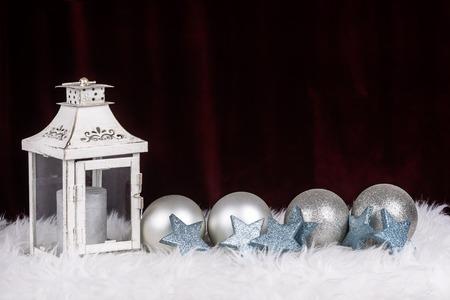Weihnachtsdekoration mit Lampe und Kugeln in siver Farbe und mit roten Platz für Wünsche