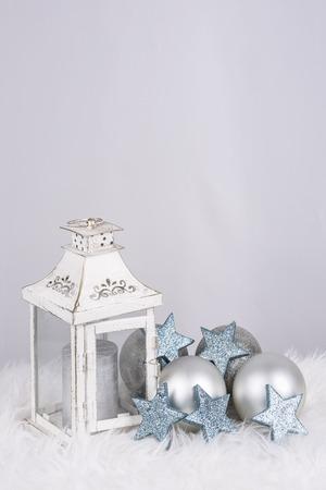 Weihnachtsdekoration mit Lampe und Bälle in siver Farbe und mit Platz für Wünsche Lizenzfreie Bilder