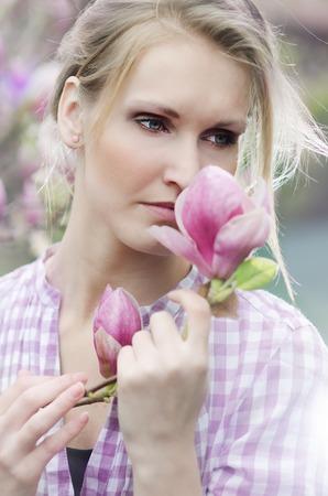 Portrait der schönen Mädchen mit Magnolie Blume Lizenzfreie Bilder