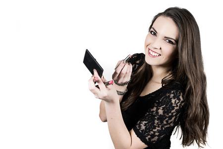 Die schöne lachende Mädchen tragen schwarze T-Shirt ist, die roten Lippenstift