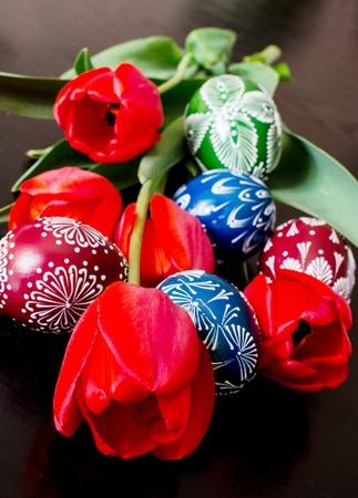 Ostereier unter den Tulpen