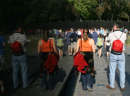 Bezoekers lopen eerbiedig langs de Vietnam Muur War Memorial, Washington, DC.