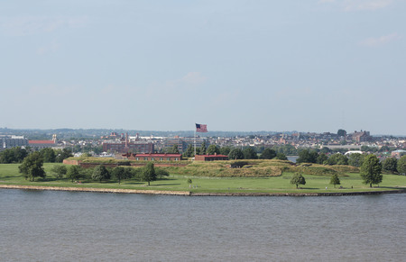 An offshore view of the historic Fort McHenry in the harbor entrance to the city of Baltimore Maryland, USA.  The American national anthem, The Star Spangled Banner, was written by lawyer and amateur poet, Francis Scott Key, a prisoner aboard a British sh 版權商用圖片