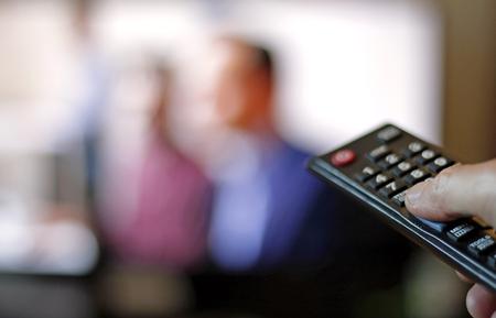 どんちゃん騒ぎのテレビ番組を見て 写真素材