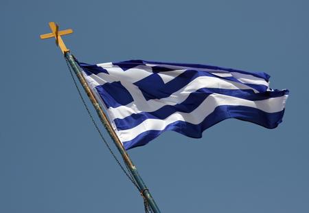 Griechische Fahnenschwingen im Wind Standard-Bild - 89930894