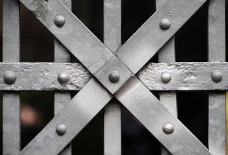 Porte de fer fermée au château Banque d'images - 93157243
