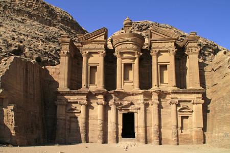 Le monastère - également connu sous le nom d'Ad Deir - un bâtiment monumental taillé dans la roche dans l'ancienne ville jordanienne de Petra.